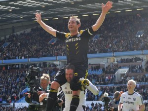 Frank-Lampard-lifted-by-Petr-Cech-Chelsea-201_2942762