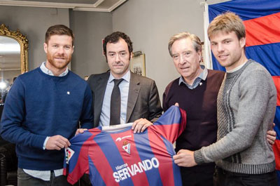 Xabi Alonso, Eibar president Aranzabal, TV presenter Iñaki Gabilondo  and Aiser Illaramendi