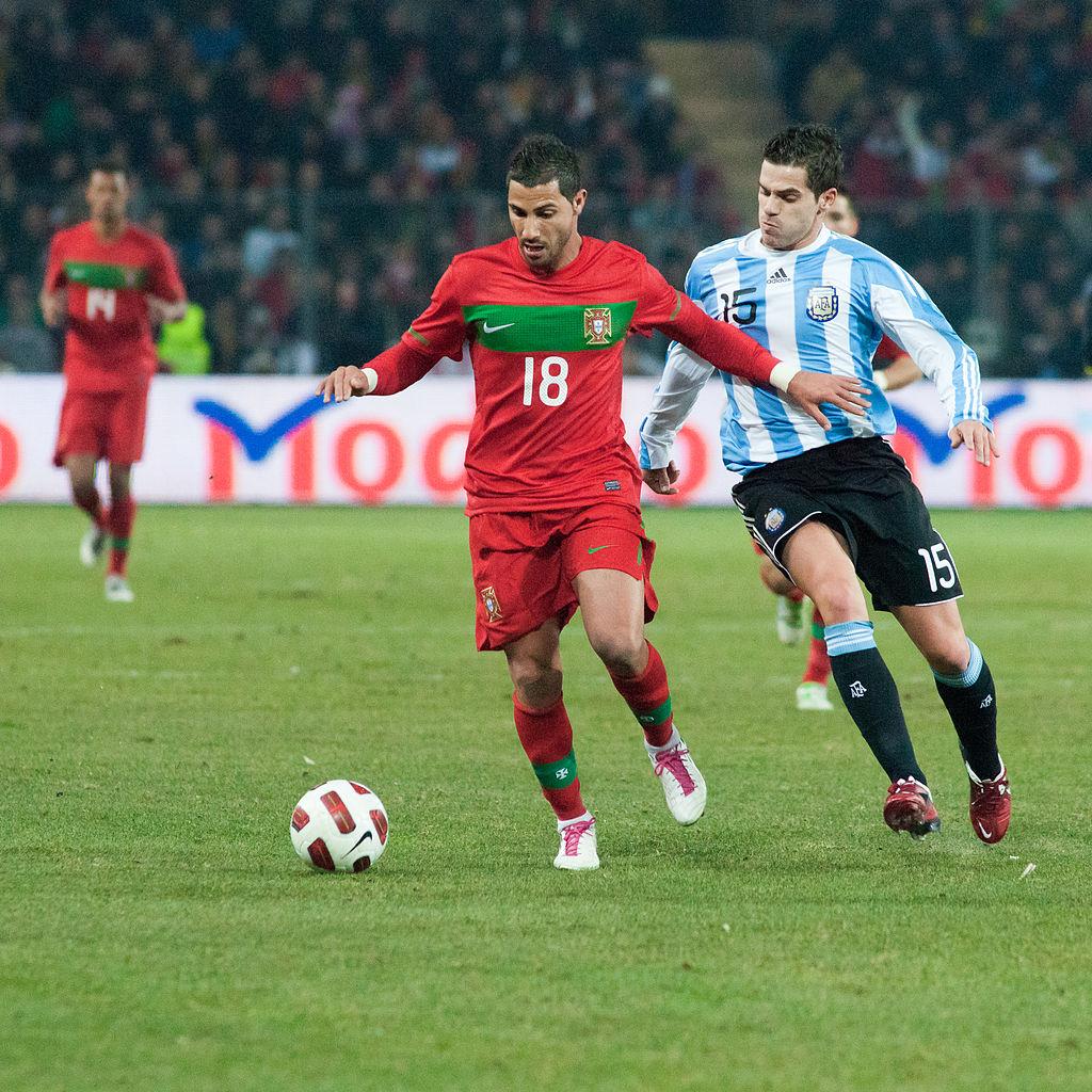 1024px-Ricardo_Quaresma_(L),_Fernando_Gago_(R)_–_Portugal_vs._Argentina,_9th_February_2011_(1)