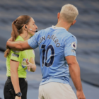 Sergio Agüero crosses boundaries with assistant referee exchange